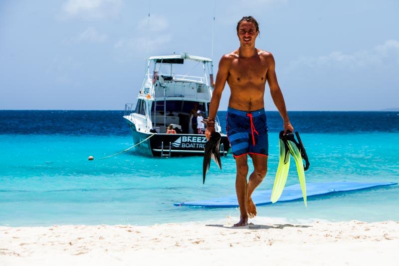 Man snorkelt op Klein Curacao met boot van Breeze in het water