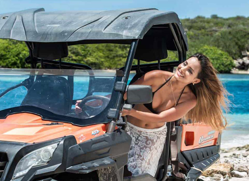 vrouw geniet van off road buggy tour bij Breeze